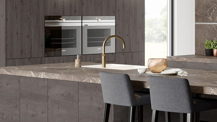 Küchenarmaturen in mattem Messing unterstreichen den Karakter dieser Küche