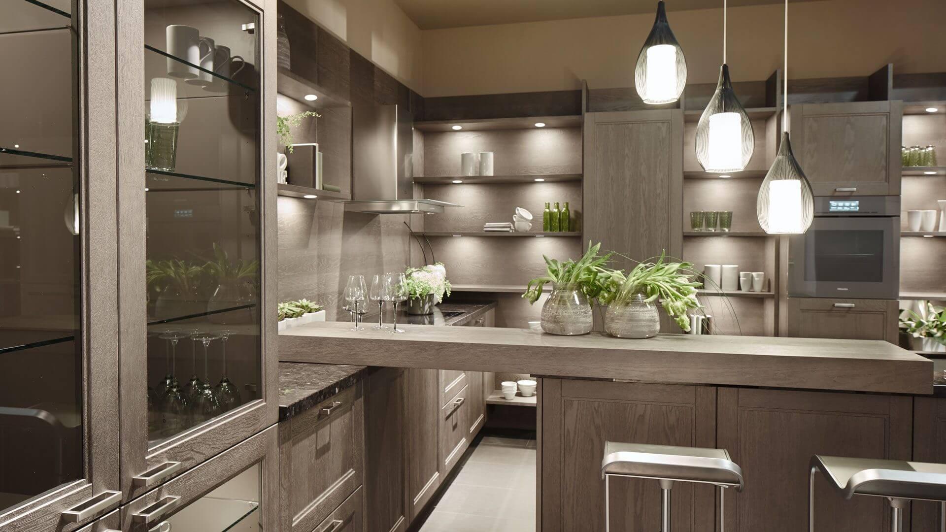 Landhausküche mit Küchen-Insel als Raumteiler