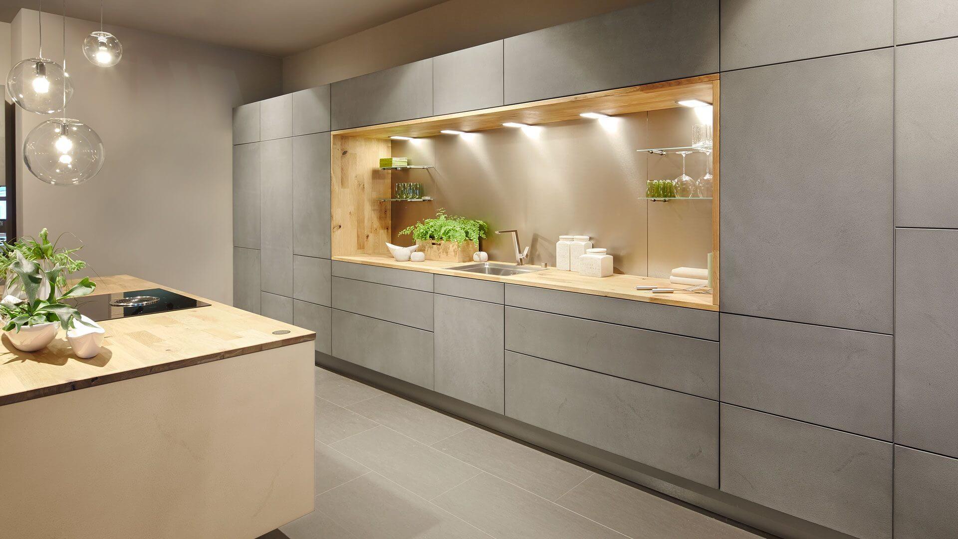 Moderne Küche als Küchenzeile in gespachteltem Stein