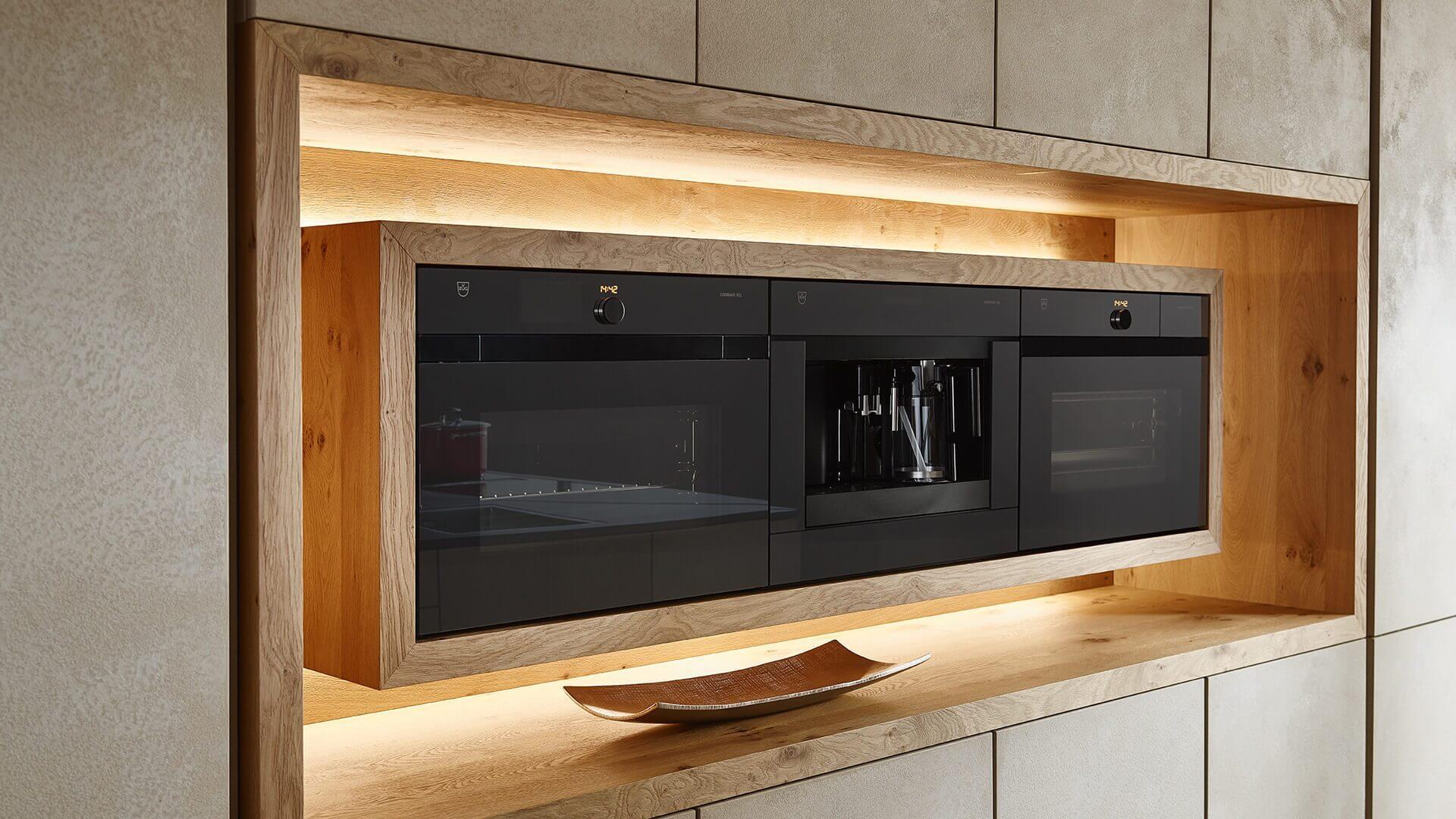 Stilvoll: Freischwebende Küchengeräte in Küchenzeile aus gespachteltem Stein