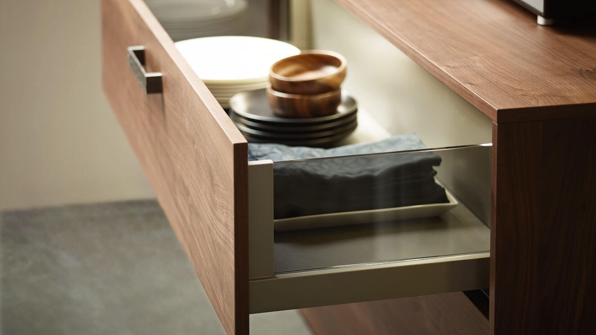 Schubladen mit Glasseiten verhindern seitliches Herausrutschen und sehen besser aus als die klassischen Schienen.